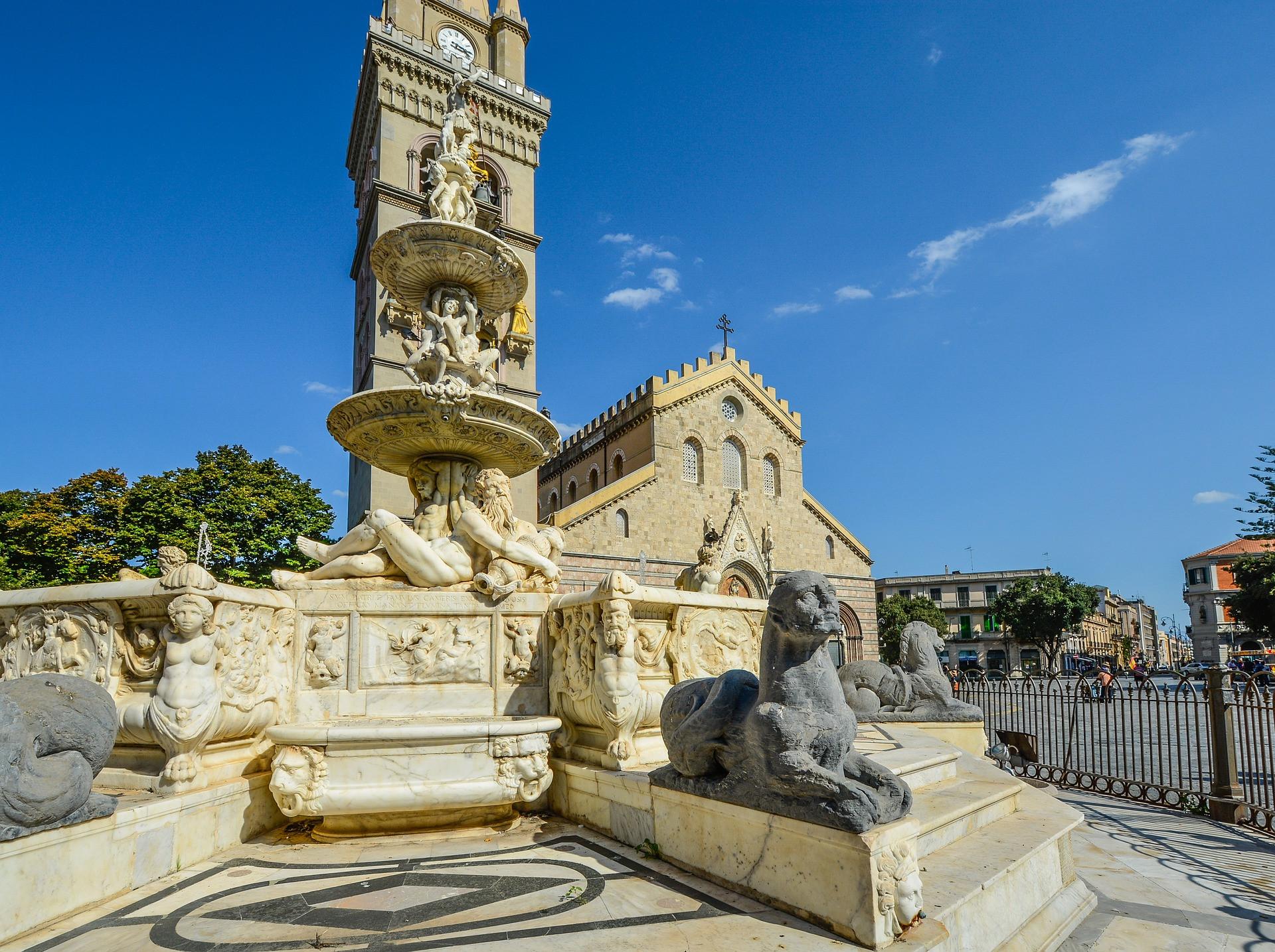 Plein met kathedraal in Messina