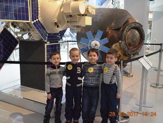 Старшая и средняя группа детского сада в Музее космонавтики