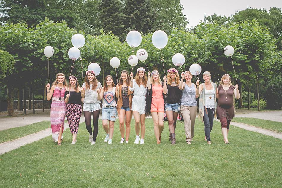 Gruppenfoto mit Freundinnen und Luftballons