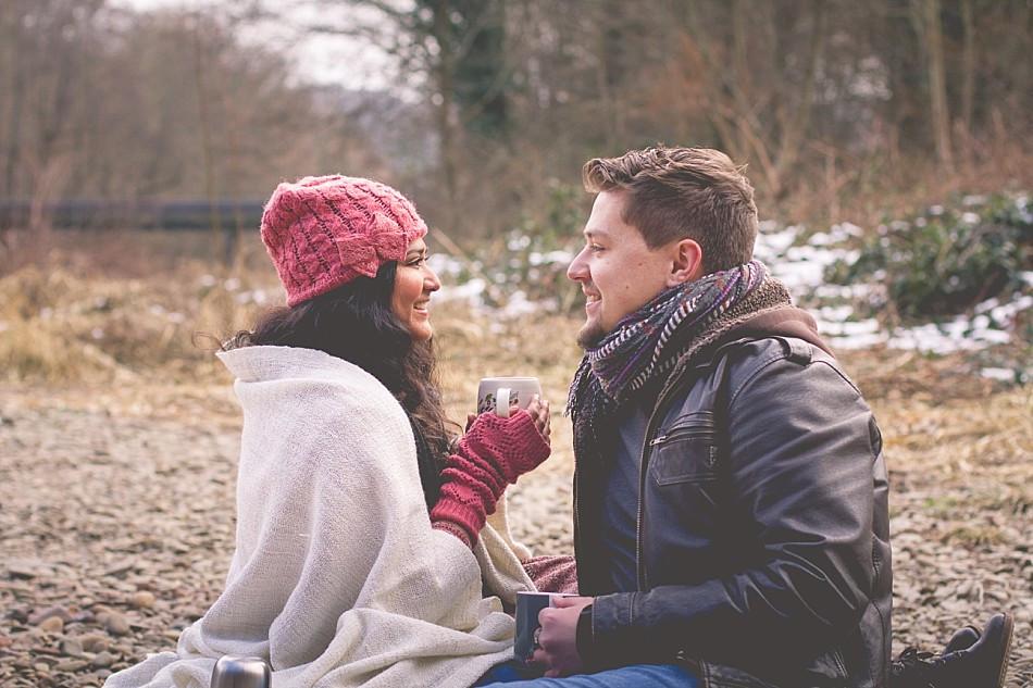 Paarfotos im Winter draußen mit Schnee und Picknick