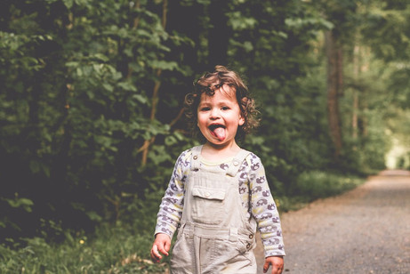 Ausflug in den Wald - natürliche Kinderfotos