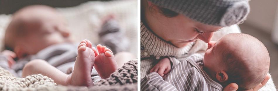 neugeborenes Baby mit Mama, Neugeborenenfotos zuhause, Füßchenfoto Baby, Neugeborenenfotografin Köln