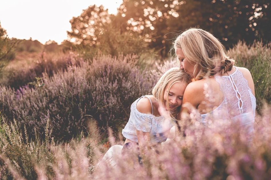 Mamaliebe. Mama & Tochter sitzen gemeinsam in der Wahner Heide. Mama-Tochter-Portrait, Claudia Kneist Photographie, Köln, NRW