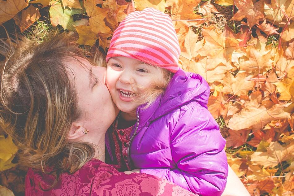 Familienfotos im Herbst draußen