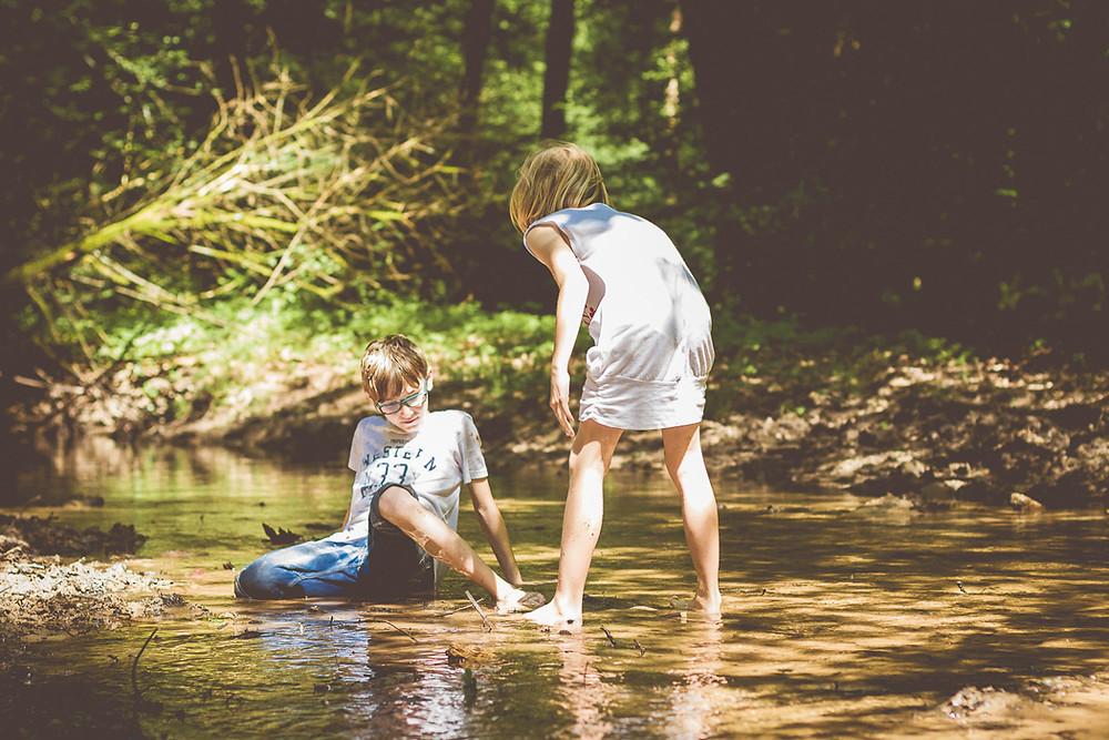 Kinderfotos im Wald am Bach