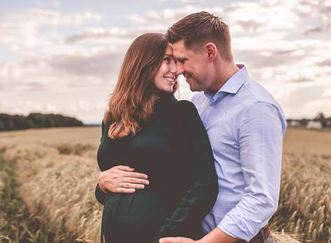 Paarfotos mit Babybauch in den Feldern von Lohmar