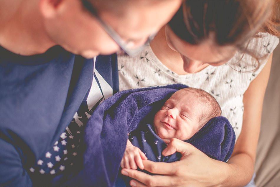 Familienfotos mit Neugeborenem Zuhause / Claudia Kneist Photographie, Köln