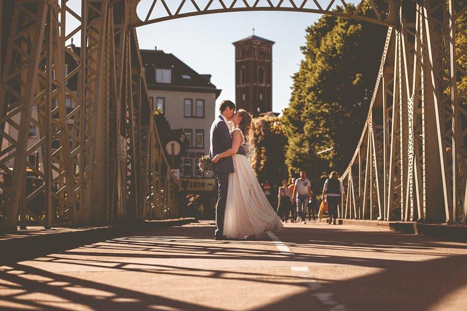 Brautpaarfotos abends Rheinaufhafen Köln, Drehbrücke, Claudia Kneist Photographie, Köln & Umgebung