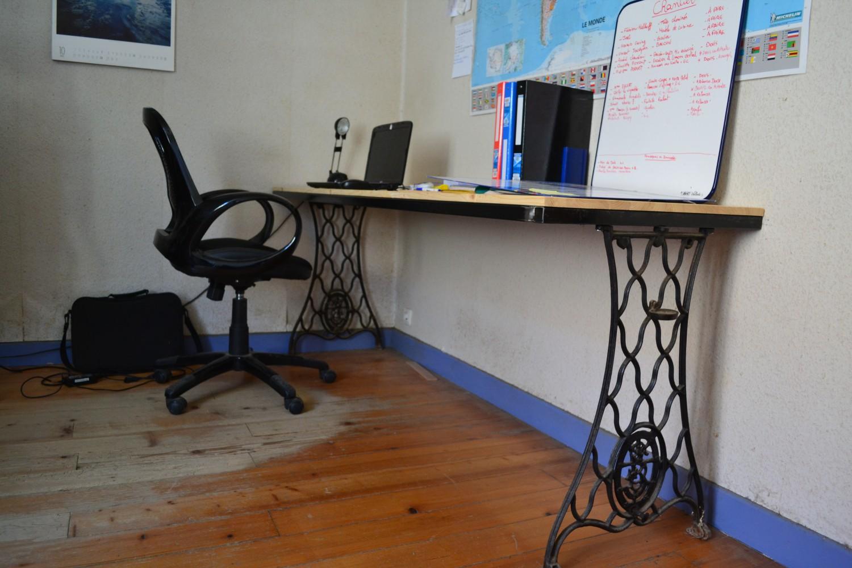 bureau à pieds métalliques