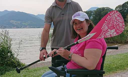 Christine mit dem Paddle des SUP-Boards in der Hand