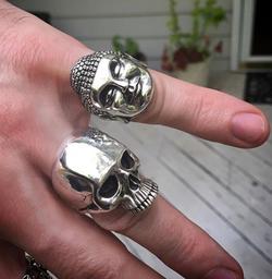 king skull on finger 01