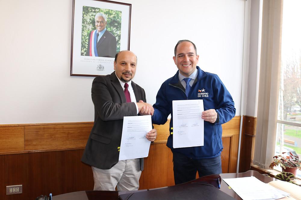 Momento en que el alcalde recibió al intendente Asenjo para la firma de convenios