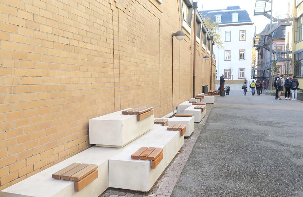 Gestappeltes Sitzelement aus Beton I Holz