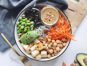 PROTEIN PACKED KELP NOODLE BOWL WITH VEGGIES, TOFU & ALMOND GINGER SAUCE