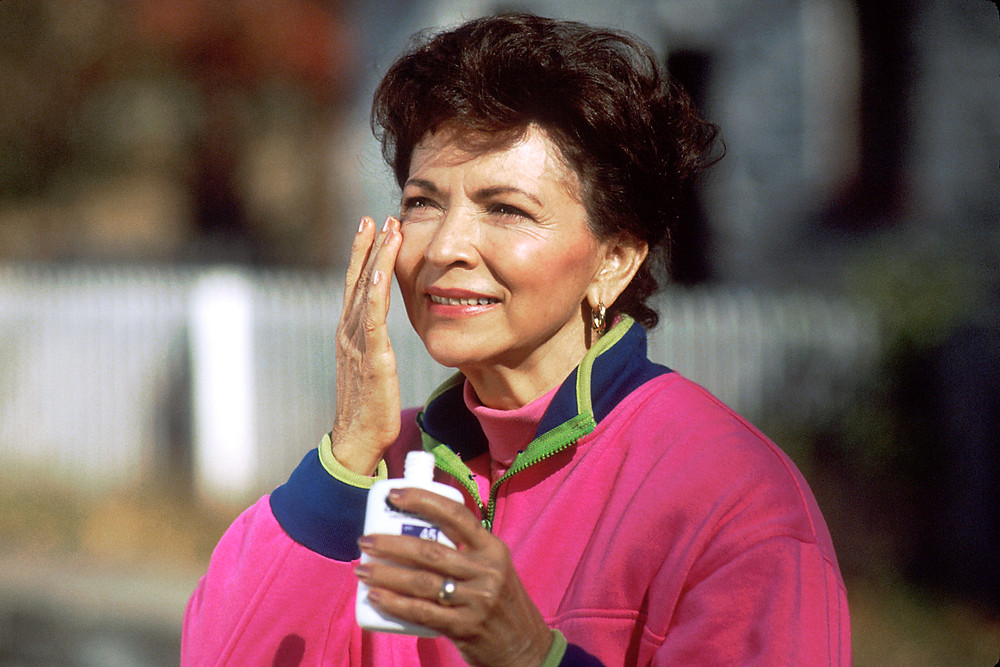 Woman applying sunscreen ; Wikimedia commons