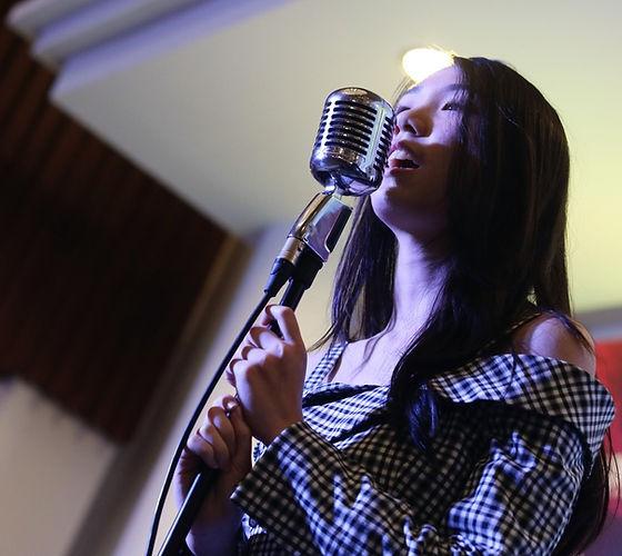 Penampilan vokal Celine di panggung Braga Citywalk