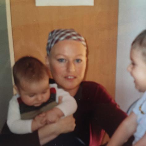 2004 einige Wochen nach der Erstdiagnose und mitten in der Chemotherapie mit meinen Kindern