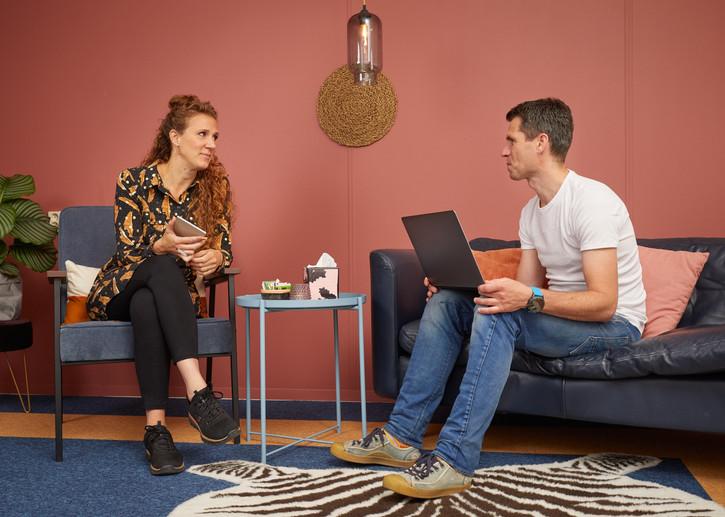 Aswintha en Ton in gesprek, kamer Lelie