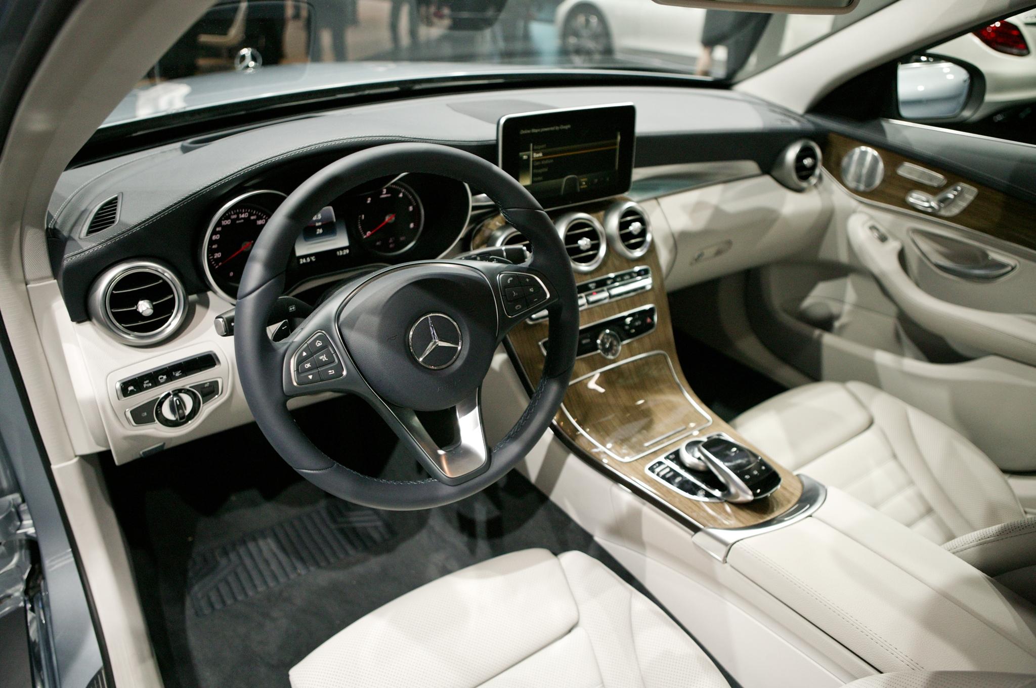 2015-Mercedes Benz-C-class-dash-view
