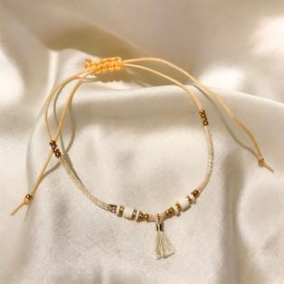 Bracelet fil de jade pompon doré - 16,90€