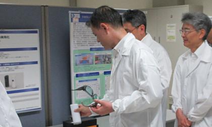 柴山昌彦文部科学大臣が当社の開発する針のいらない血糖値センサーの視察に訪れました!