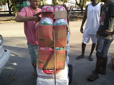 Entrega de cestas básicas na Comunidade da Rocinha