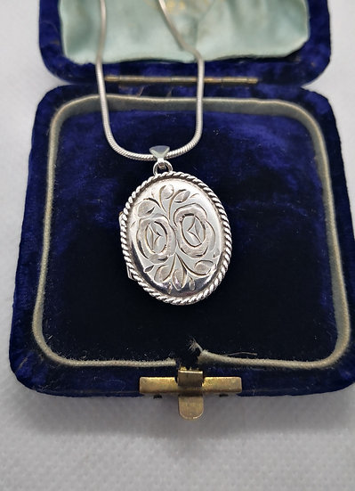 Vintage 1977 Sterling Silver Etched Locket on Chain