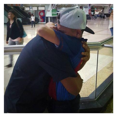 L'abbraccio con il papà all'aeroporto...