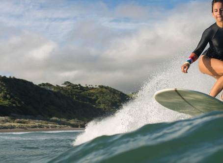 Sara Guix, planche de surf et objectifs photos