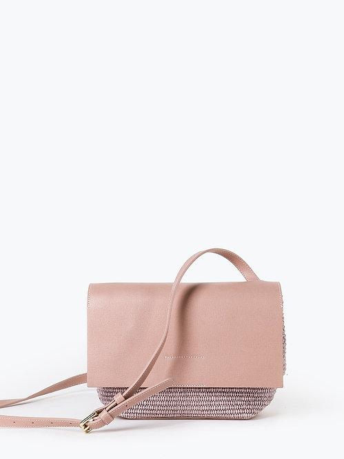 Сумочка кросс-боди из пыльно-розовой сафьяновой кожи и соломки рафии KELLEN