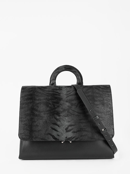 Деловая сумка-портфель из черной кожи и клапаном с тигровым принтом KELLEN