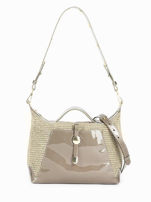 Небольшая мягкая сумка из бежевой лаковой кожи и рафии KELLEN