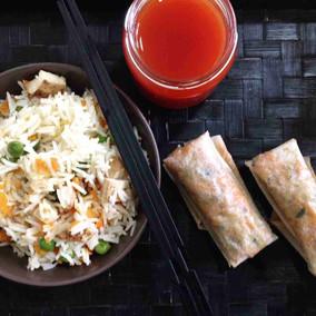 Arroz tres delicias con Rollitos de primavera