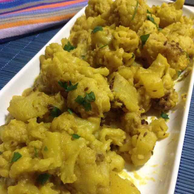 Aloo gobhi o coliflor estilo indio