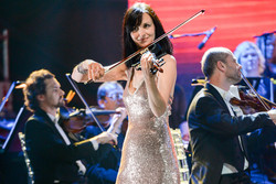 Electric violinist with orchestra