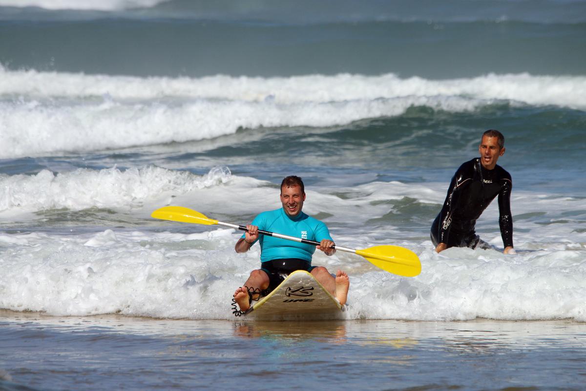 Hommes sur Waveski dans les vagues