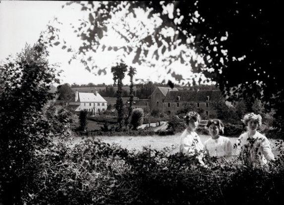 Varennes, vue d'ensemble, photographie de Jenny de Varennes, 1904