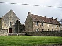 Façade de l'église (XIIème) et maison du