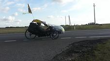 velo ceļotājs ar trīsratu velo