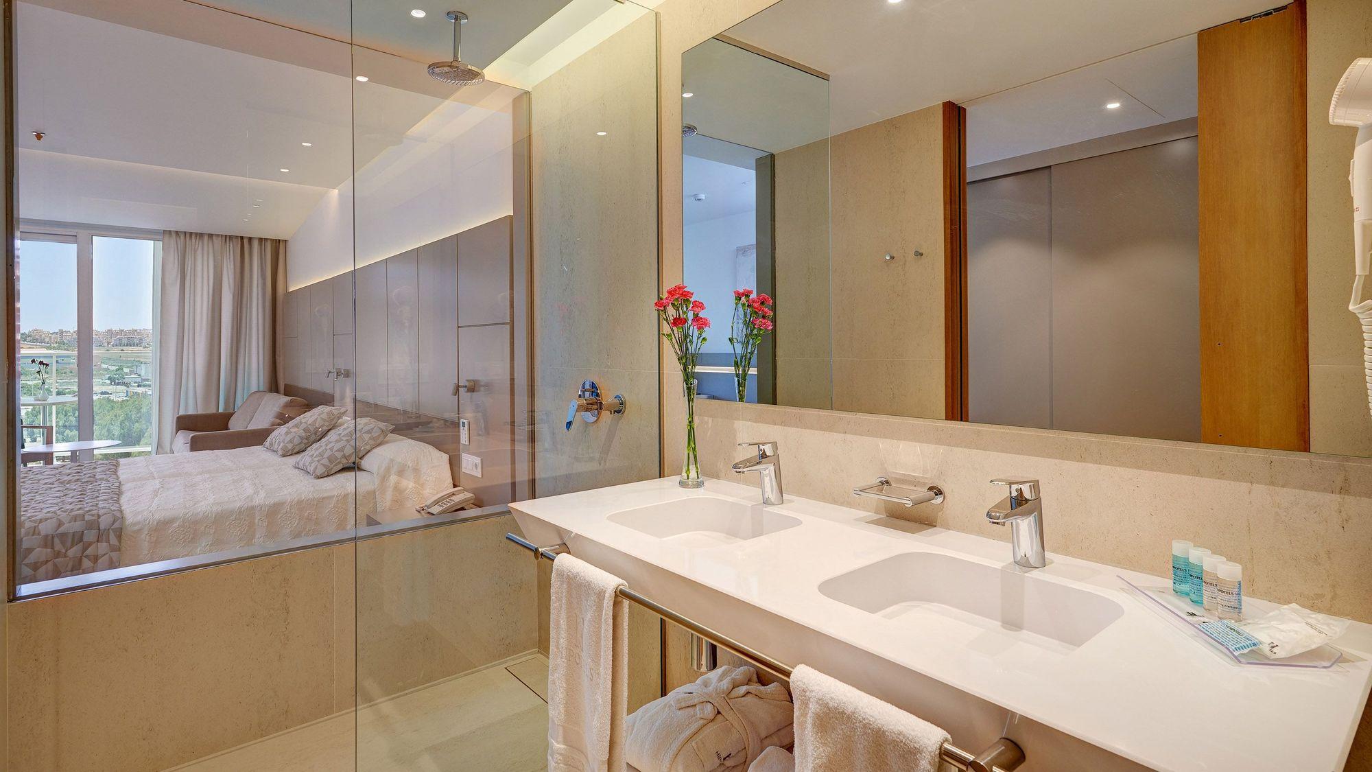 hipotels-gran-playa-de-palma-standard-double-room-bathroom-2.jpg