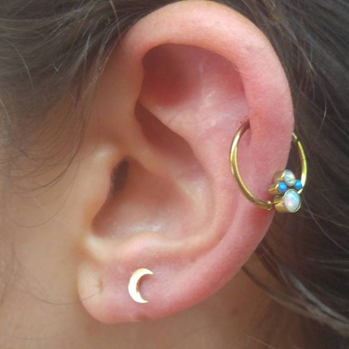 A grand day in the piercing realm. That is a fresh piercing with a 18kt yellow gold #anatometal moon