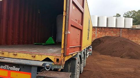 camion cargando orujillo