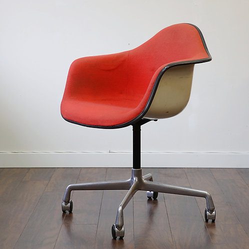 30% OFf, Vintage Herman Miller Arm Shell Eames Chair