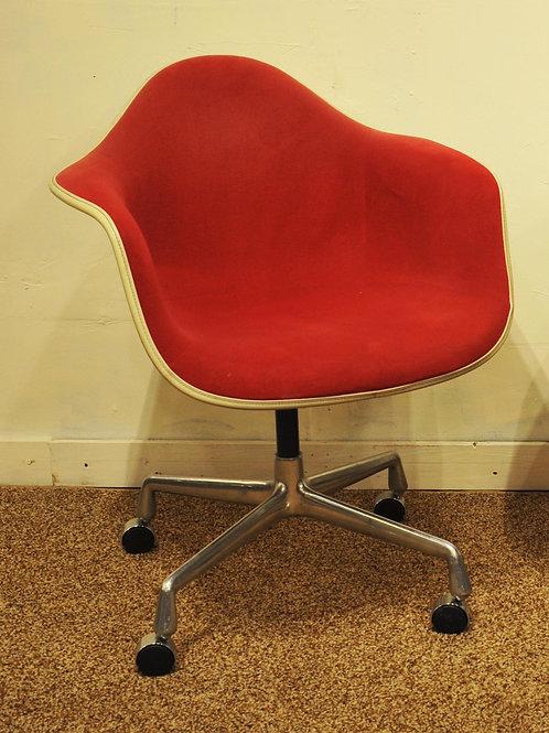 Great condition, Original Herman MillerAlex Girard Eames chair on wheels