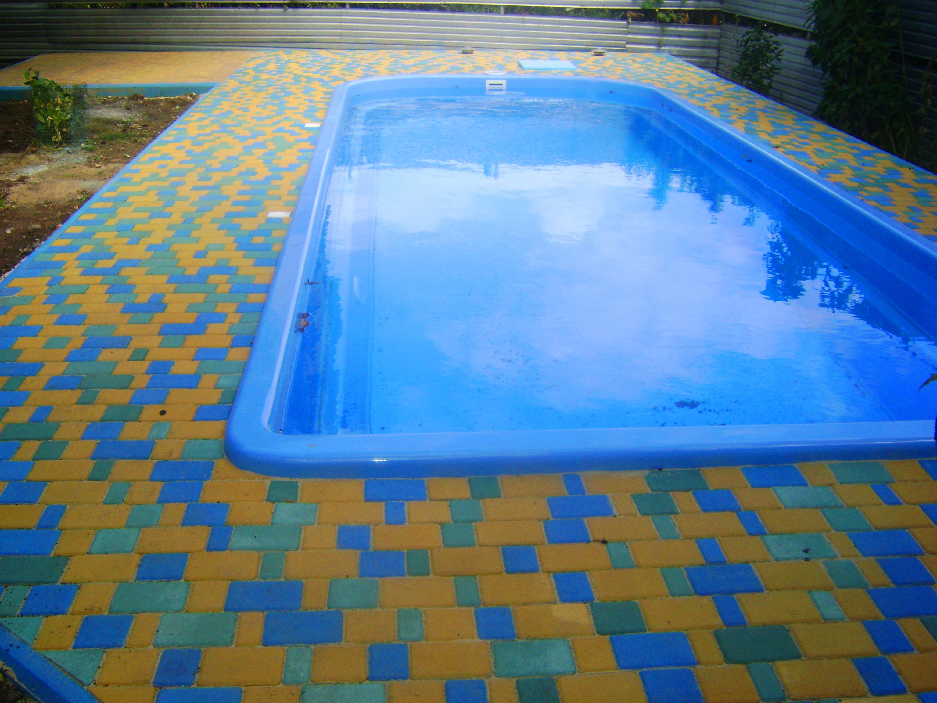 Тротуарная плитка возле бассейна
