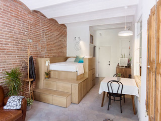 Móveis inteligentes criam armazenamentos valiosos neste apartamento de 25m2 em Barcelona
