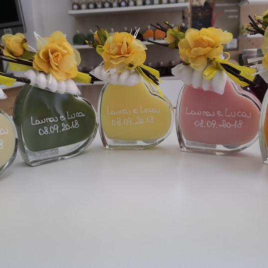 Bottiglie multicolor e fiore.jpg