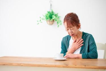 長輩吃完東西開始「嗆咳」?如果有這些情形,代表「喉嚨開始退化」,喝流質食物反而增加風險
