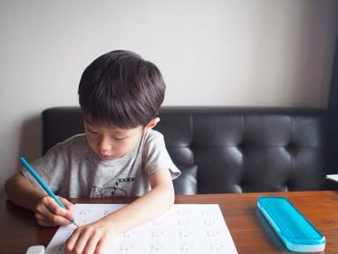 【詠絜老師專欄】我的孩子為什麼會寫「反字」?數字、注音彎錯邊?家長別擔心,正確學寫字,四歲開始這樣做-思比語言治療所