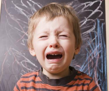 孩子總是大哭大鬧?幫助他們具體化說出2件事,愈早建立面對情緒的因應之道